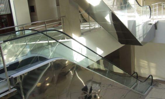 Облицовка эскалаторов нержавеющей сталью