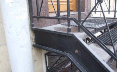 Лестница из металла для парадного входа