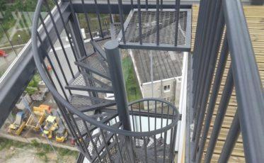 Металлические ограждения и лестницы для многоквартирного дома