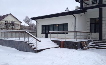 Ограждения балкона и перила для загородного дома