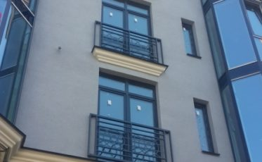 Изготовление и установка ограждений крыши и балконов из черного металла